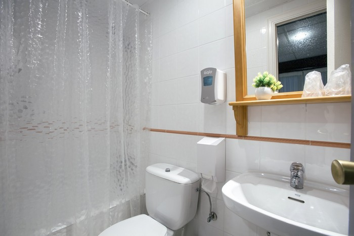 Chambres équipées avec salle de bains attenante et service de blanchisserie